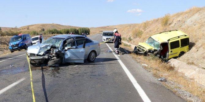 Yozgat'ta otomobil ile taksi kafa kafaya çarpıştı. Ölü ve yaralılar var