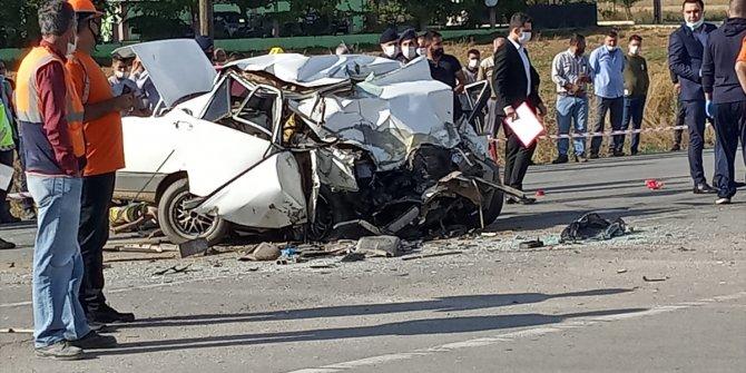 Otomobil TIR'a arkadan çarptı: 1 ölü