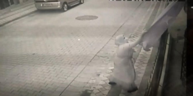 Türk Bayrağı Sultangazi'deki şehit babasının evinde yine dalgalanıyor. Küstah kadın koparıp yere atmıştı
