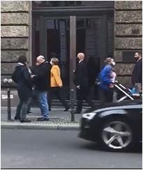 Almanya Cumhurbaşkanı Merkel'in Berlin sokaklarındaki görüntüsü sosyal medyada gündem oldu