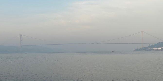 İstanbul güne sisle uyandı. kimi yerlerde görüşü engellerken, kimi yerlerde güzel görüntüler oluşturdu