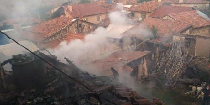 Kütahya'da 2 katlı ev alev alev yandı