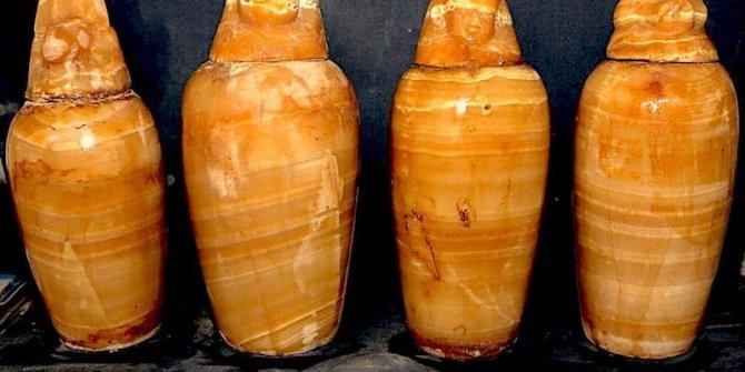 Mısır'da hazine bakanının 2500 yıllık mezarı özel odada bulundu. Hazine avcıları kafasını taşlara vuruyor