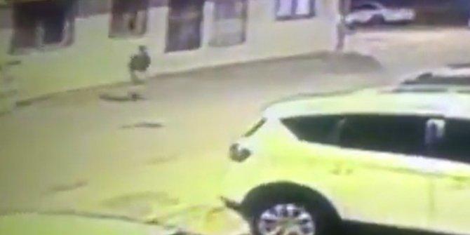 Hatay Valisi Rahmi Doğan açıkladı. Teröristler paramotorla sızmışlar. Teröristin elinde silahıyla İskenderun sokaklarındaki kaçışı güvenlik kameralarına yansıdı