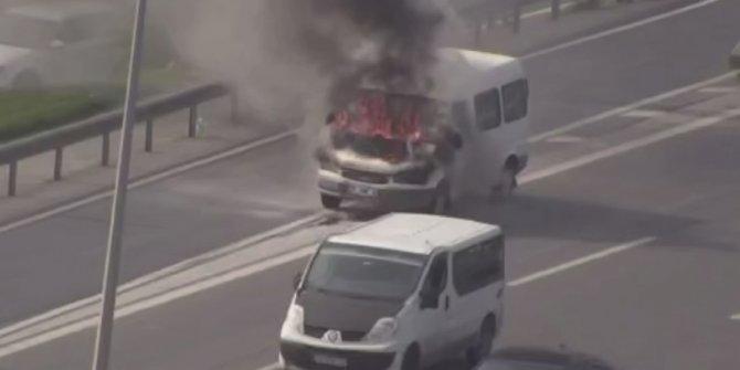 Kartal'da seyir halindeki minibüs alev alev yandı