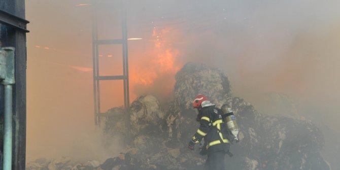 Kahramanmaraş'ta geri dönüşüm deposunda korkutan yangın