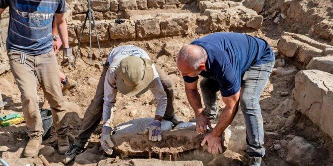 Golan Tepeleri'nde bulundu. 1700 yıllık taşta Suriye köyü çıktı