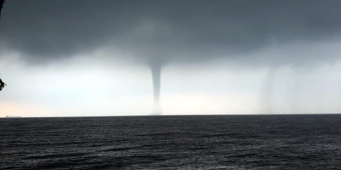 Hortum bir anda denizin ortasında belirdi. Rotası Marmara'ya doğruydu