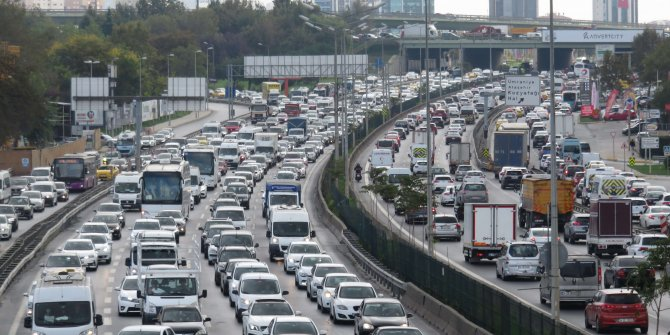 Yola çıkacaklar dikkat. İstanbul'da trafik yoğunluğu yüzde 53, tatil trafiği başladı
