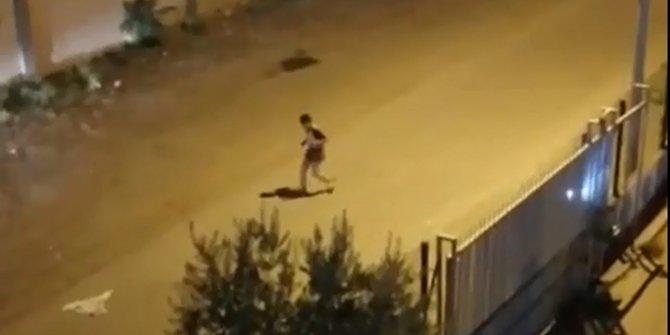 Gece yarısı hayaletle yumruk yumruğa dövüştü. Balkondaki bir kişi cep telefonundan çekti