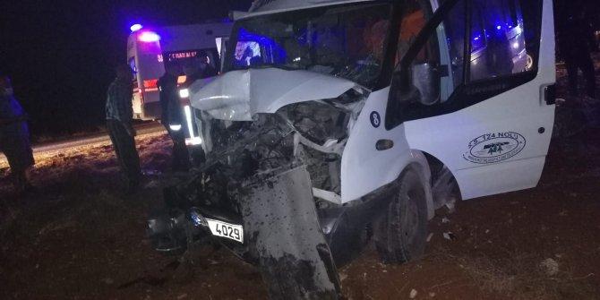Mersin'de traktörle yolcu minibüsü çarpıştı