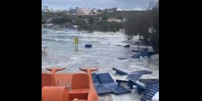 İzmir'de deprem denizi taşırdı, Tsunami benzeri görüntüler ortaya çıktı