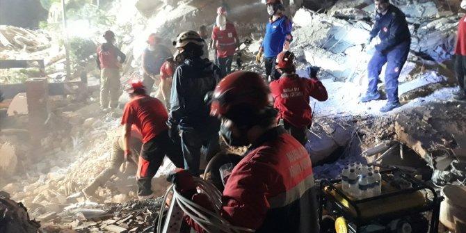 Enkaz altındakiler için zaman karşı yarış sürüyor. İzmir depreminin ardında 9,5 saat geçti. 20 can kaybı 786 yaralı
