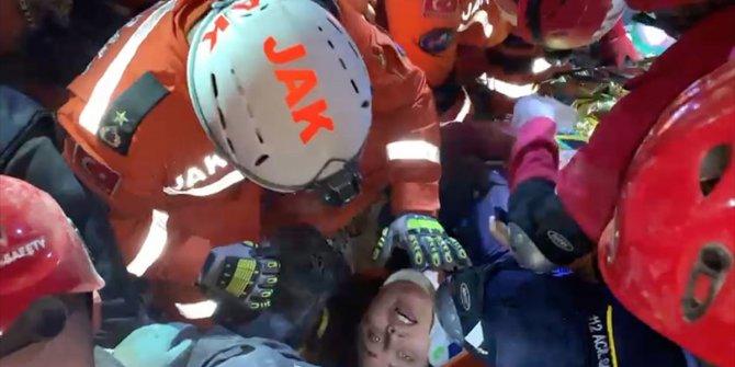 Buse'nin 9,5 saat süren mücadelesi. İzmir depreminde Buse Hasyılmaz'ın enkazdan kurtarılma anları saniye saniye böyle görüntülendi