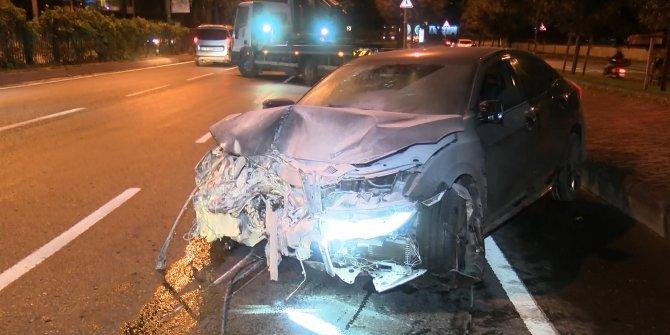 Şişli'deki kazada 4 kişi yaralandı. Belediye çalışanlarının bulunduğu araç devrildi