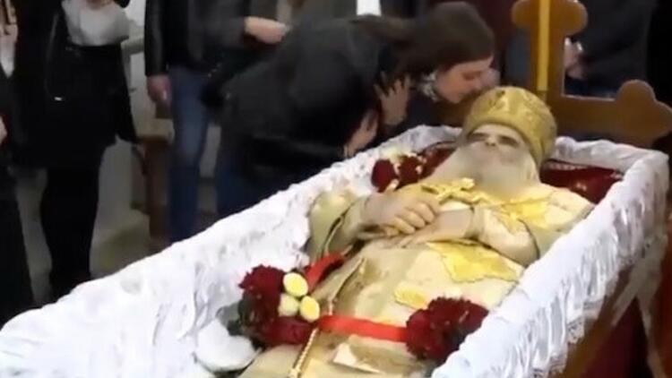Korona virüsten ölen Başpiskoposu öpmeye doyamadılar