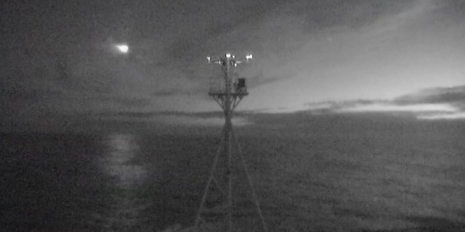 Uzaydan denize düşmek üzereyken görüntülendi. Geceyi adeta gündüze çevirdi