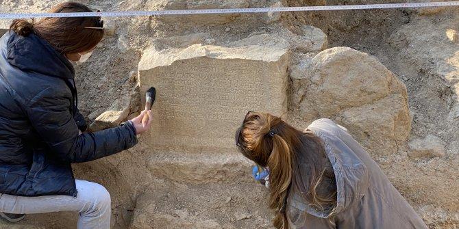 Arkeologlar yüzyıllar önceki mezar odasına indi. Mezardaki yazı Türkçe'ye çevrilince herkesin tüyleri ürperdi