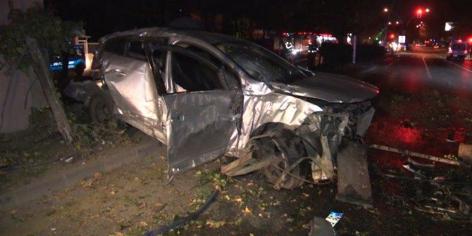 Ankara'da üst geçit direğine çarpan otomobil hurdaya döndü