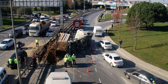 İstanbul Şişli'de hafriyat kamyonu aracın üzerine devrildi