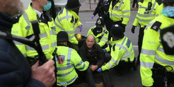 Londra'da karantina ve aşı karşıtı protestolarda çok sayıda gözaltı