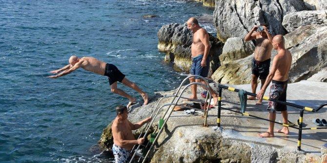 Antalya Demre'de vatandaşlar Kasım sonunda denize girdi