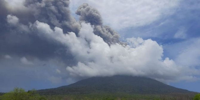 Endonezya'daki Ili Lewotolok Yanardağı'nda art arda büyük patlama. Sesler her yerden duyuldu
