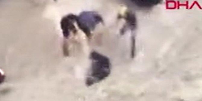 Lübnan'da sel sularına kapılan kuryenin yaşam savaşı. Sırtındaki çantayla metrelerce sürüklendi