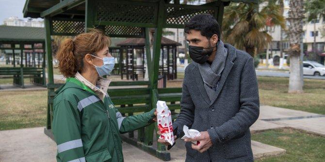 Mersin'de içinden 20 bin TL çıkan cüzdanı sahibine teslim etti. Temizlik görevlisi kadını şok eden ödül