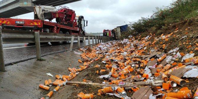 Sarıyer'de temizlik malzemesi yüklü kamyon yan yattı