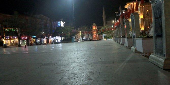 Türkiye'de meydanlar boş kaldı. Yasak başladı, vatandaş evine çekildi