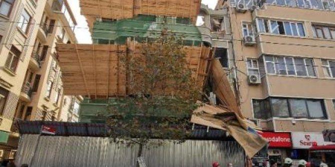 Boş binadan tramvay yoluna molozlar düştü