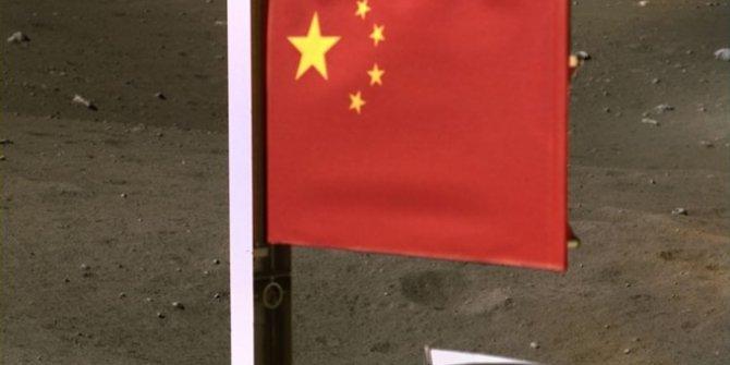 Ay'a Çin bayrağını diktiler
