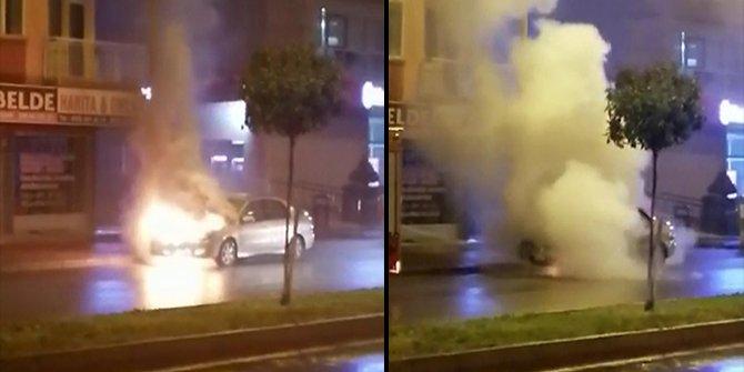 Antalya'da park halindeki araç cayır cayır yandı. Dumanlar gökyüzüne kadar yükseldi