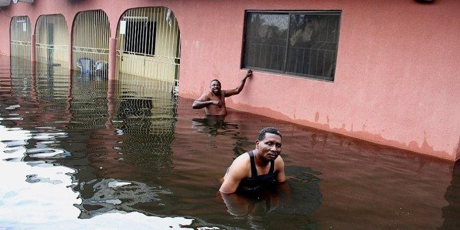 Azgın sel suları 68 kişiyi yuttu