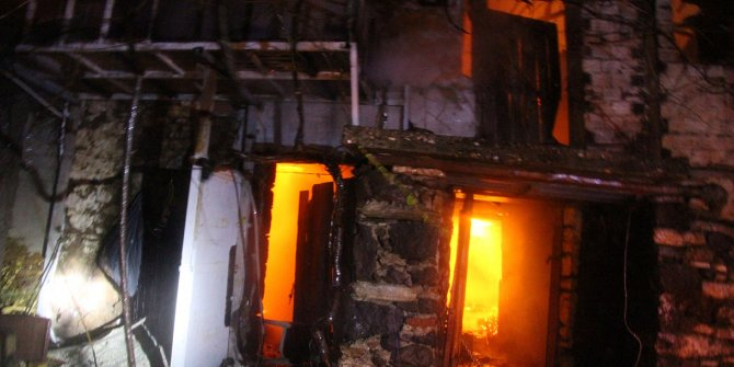 Manisa'da boş evde çıkan yangın çevredeki evlerde sıçramadan söndürüldü