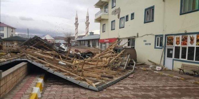 Erzincan'da fırtına. Çatılar uçtu, hatlara zarar verdi