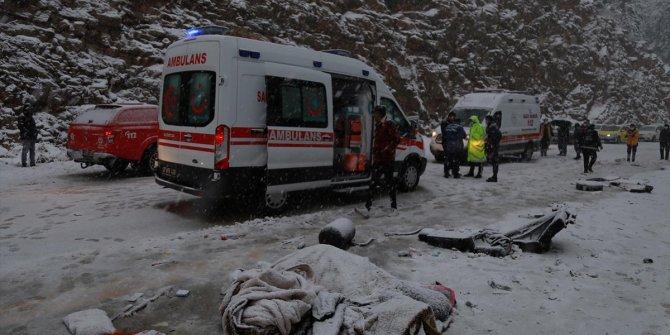 Antalya'da feci kaza. Yolcu otobüsü ile hafif ticari araç çarpıştı. Ölü ve yaralılar var