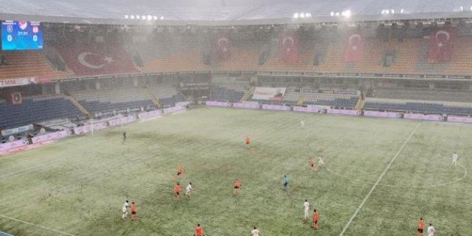Başakşehir Sivasspor maçında kar etkili oldu