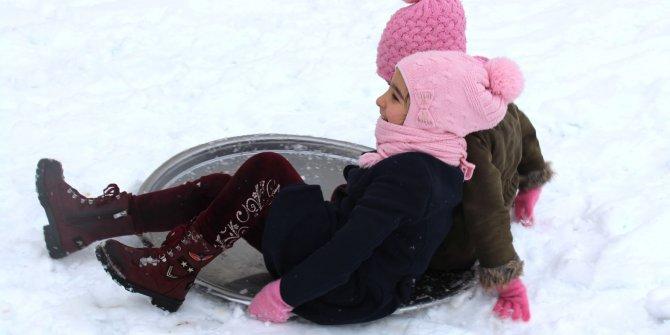 Sivas'ta kar yağışının keyfini yine çocuklar çıkardı. Tepsilerle kaydılar kar topu oynadılar