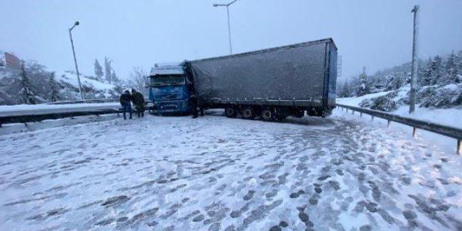 Karlı yolda kayan tır TEM Otoyolu'nu ulaşıma kapattı