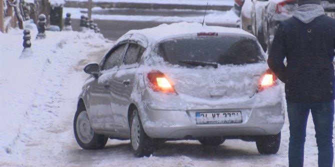 Ümraniye'de yollar buz pistine döndü. Sürücüler zor anlar yaşadı