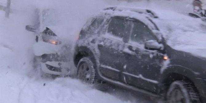 İstanbul Kağıthane'de yollar buz pistine döndü. Bir araç freni patlamış gibi önündeki araca daldı