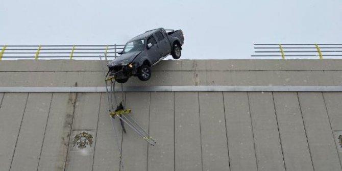 Kayan kamyonet köprüde asılı kaldı. Sürücü asılı araçtan kendisi çıktı. Konya'da akılalmaz kaza