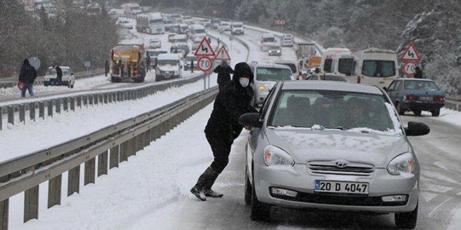 Denizli-Antalya karayolunda kar yolu kapattı. Araçlar mahsur kaldı. Kilometrelerce kuyruk oluştu
