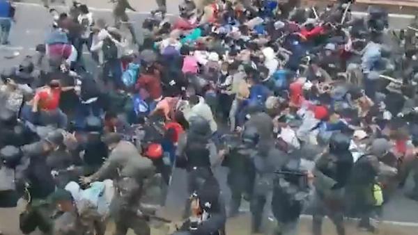 Biber gazlı ve coplu saldırı. Guatemala ordusu binlerce göçmeni evire çevire dövdü