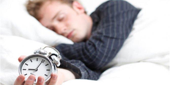 Türkler yan gelip  7,5 saat uyuyor