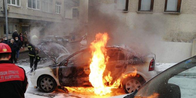 Samsun'da korku dolu anlar! Seyir halindeki araç cayır cayır yandı