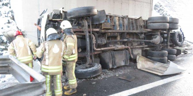 Beykoz'da kaza. Meyve suyu yüklü kamyon devrildi