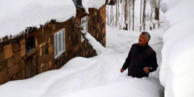 Evlerine kar tünellerinden girip çıkıyorlar